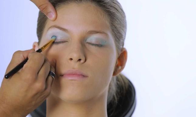 Modelo Julia Krystallis com a maquiagem de sereia para o carnaval