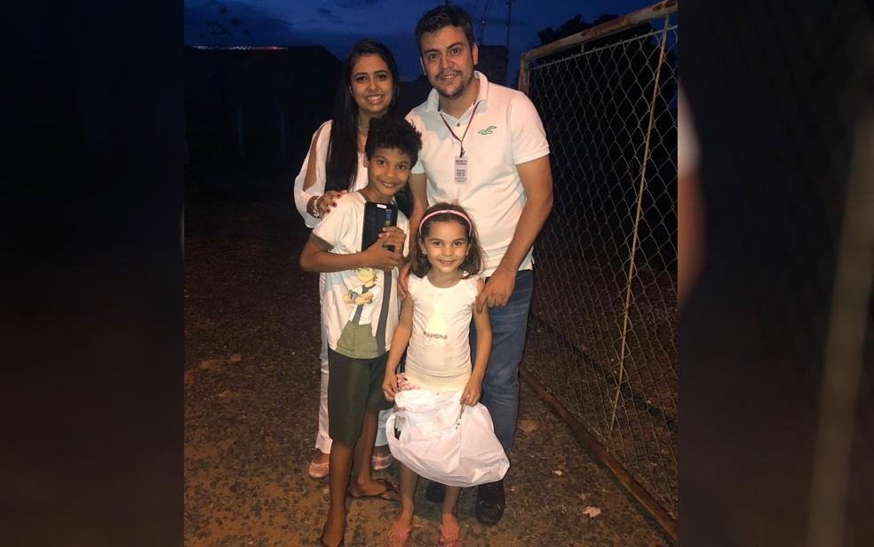 Rafael e a Mulher presentearam João Gabriel, que está acompanhado da irmã, Bárbara, em Caldas Novas — Foto: Arquivo Pessoal/Rafael Carneiro