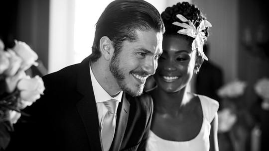 Erika Januza e Caio Paduan comemoram casamento de Bruno e Raquel em 'O Outro Lado do Paraíso'