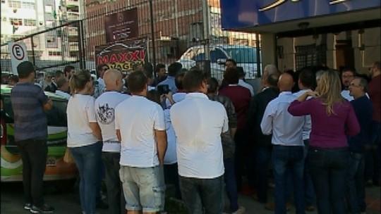 Ex-funcionários da Semeato protestam em frente à Justiça do Trabalho