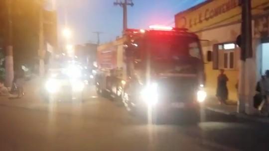Corpos de PMs mortos em acidente na BR-101, em Alagoas, são levados em carro dos bombeiros para Pernambuco