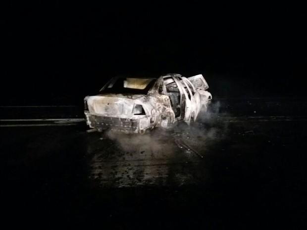 Motorista e passageiros conseguiram sair a tempo e não ficaram feridos (Foto: Adolfo Lima/ TV TEM)
