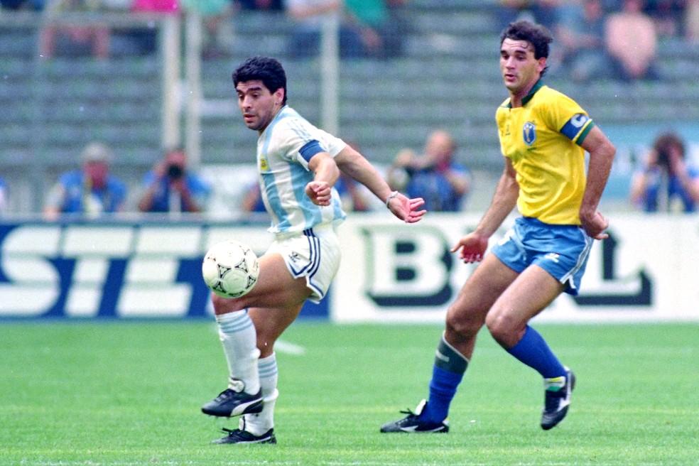 Maradona domina a bola com a canhota e Ricardo Gomes, capitão do Brasil, o acompanha — Foto: Etsuo Hara/Getty Images