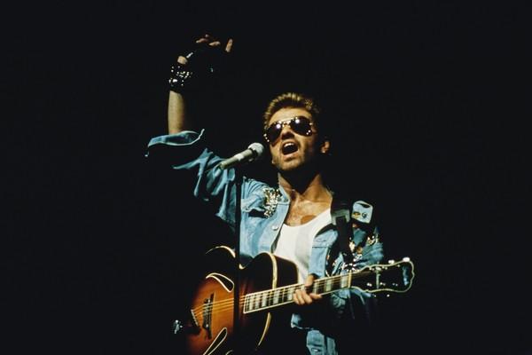O músico George Michael (1963-2016) em show do Faith em março de 1988 (Foto: Getty Images)