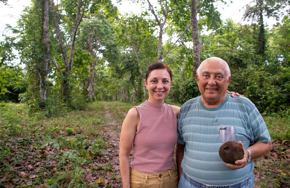 Ana Luiza Vergueiro e Sérgio Vergueiro na propriedade da família no Amazonas — Foto: Helen Martins/Acervo Pessoal