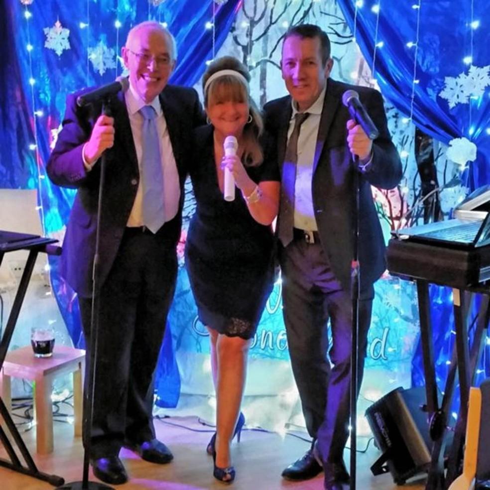 O reverendo David Walford, Rachel Burns e o cantor Row Matthews em uma performance em Park Hall, no Natal de 2014. (Foto: Divulgação/BBC)