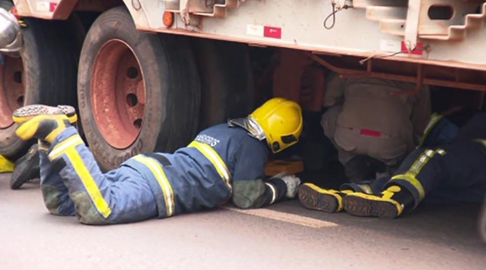 Resgate durou cerca de uma hora e foi dificultado pelo peso sobre o motociclista — Foto:  Adilson Marques/RPC Maringá