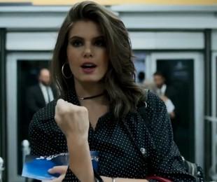 Camila Queiroz em cena de 'Verão 90' | Reprodução