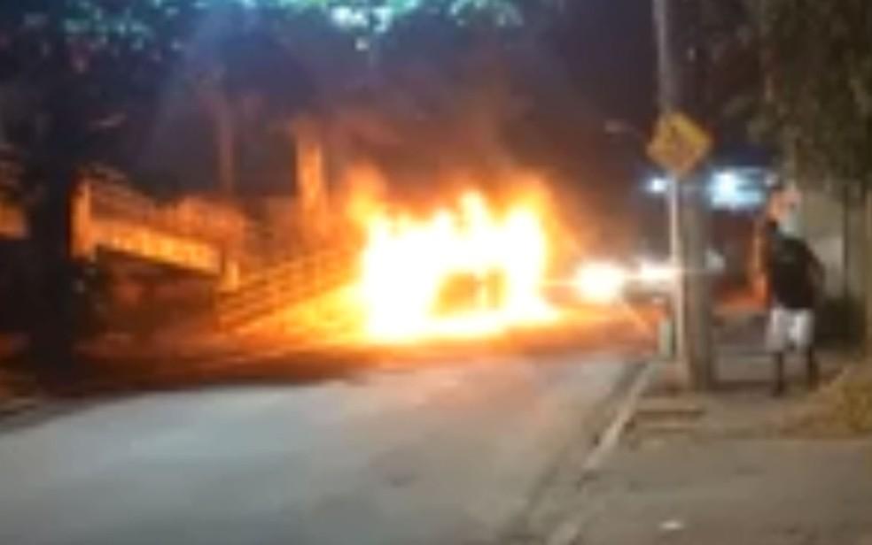 Criminosos atearam fogo em ônibus com passageiros dentro — Foto: Reprodução / redes sociais