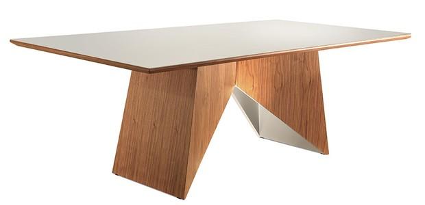 Mesa de jantar Areza, com tampo de cristal tonalizado de 4 mm e base de madeira, 1,80 x 1 x 0,77 m. Dunelli, de R$ 6.678 por R$ 3.735 (Foto: Divulgação)