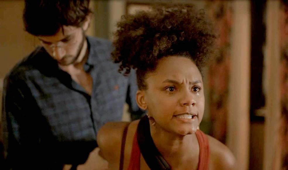 Camila (Jéssica Ellen) fica transtornada com atitude de Thelma (Adriana Esteves) em 'Amor de Mãe' — Foto: Globo