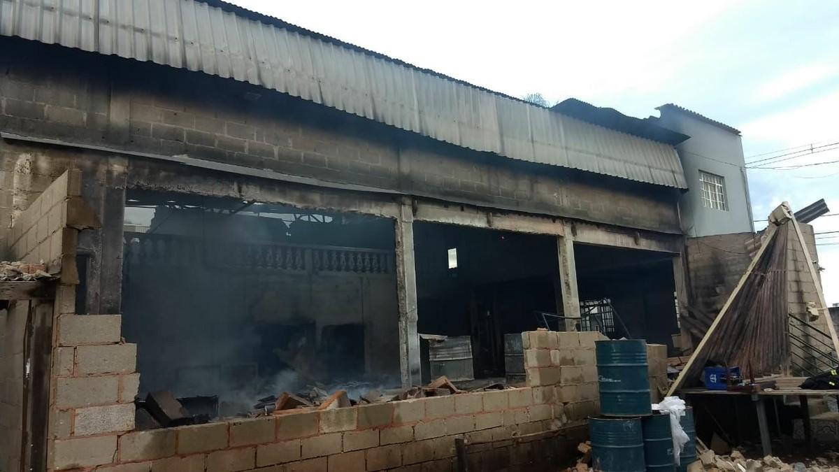 Incêndio atinge fábrica de móveis em Carmo do Cajuru