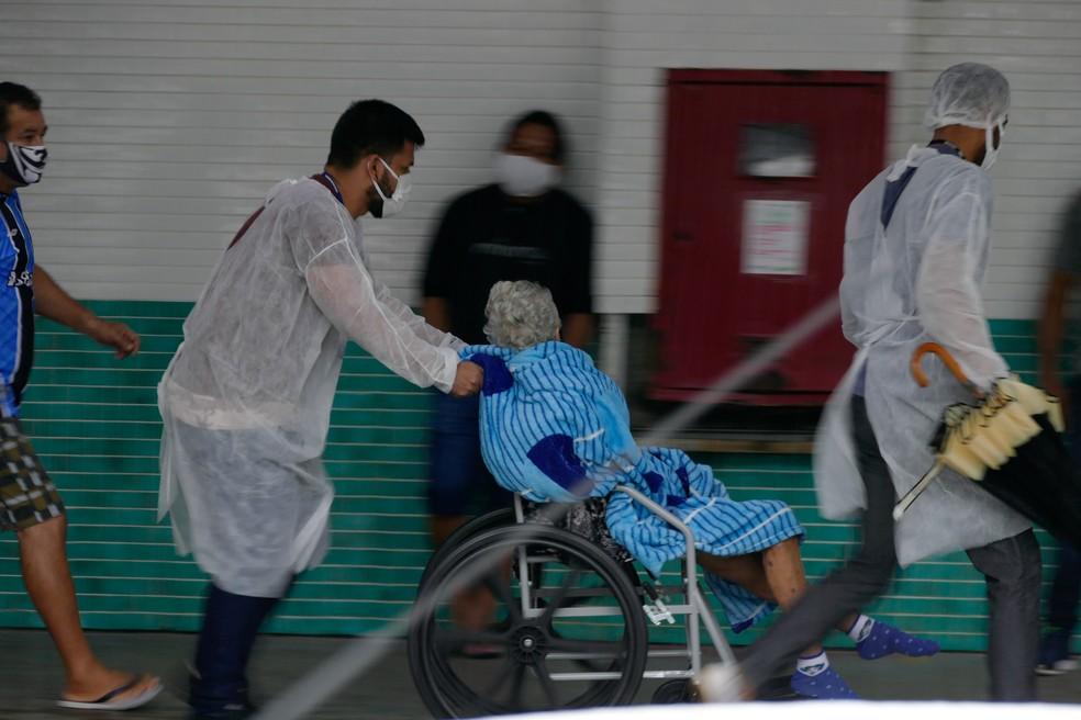 Movimentação na frente do Hospital e pronto-socorro 28 de Agosto, em Manaus, no dia 14 de janeiro. — Foto: SANDRO PEREIRA/FOTOARENA/FOTOARENA/ESTADÃO CONTEÚDO