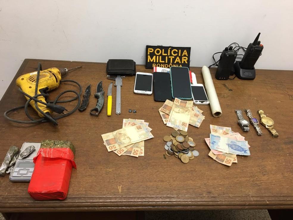 Além da droga, policiais encontraram celulares e outros objetos na casa do adolescente, em Jaru.  — Foto: Reprodução/PortalP1