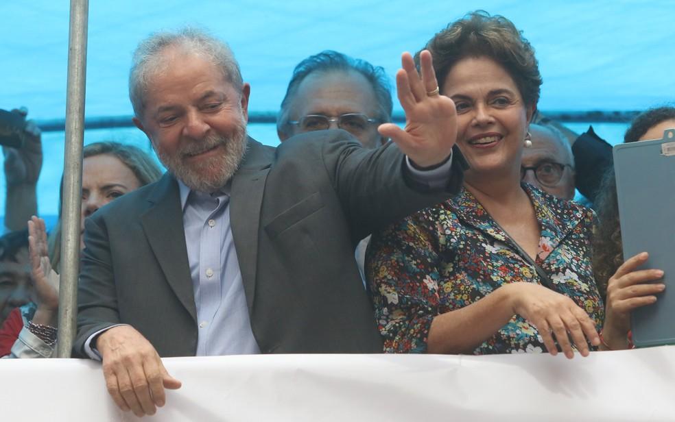 Lula e Dilma participam de manifestação na Esquina Democrática, em Porto Alegre (Foto: Roberto Vinícius/Estadão Conteúdo)