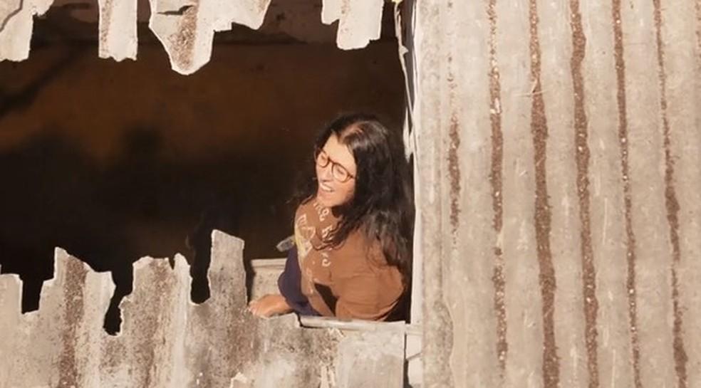 Lurdes foge do cativeiro de Thelma — Foto: Globo