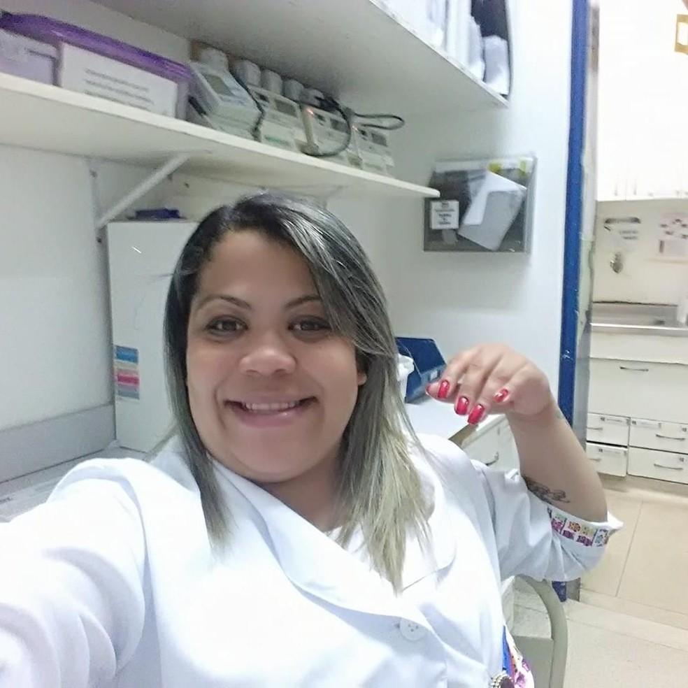 Lidiane Melo, a enfermeira que desenvolveu a técnica da mãozinha com luvas cirúrgicas — Foto: Reprodução/Redes Sociais