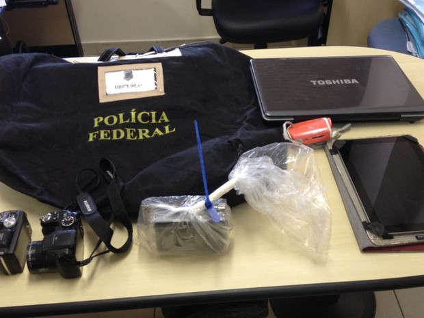 Parte do material apreendido com presos suspeitos na Operação Prevevir, da Polícia Federal, em Goiás (Foto: Divulgação/PF)