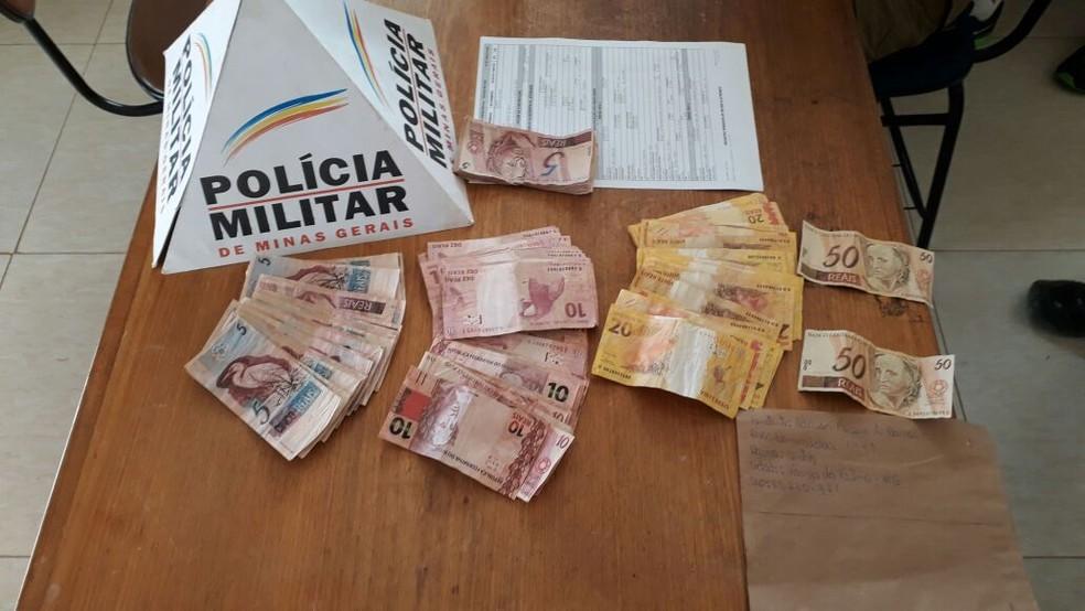 Polícia Militar apreendeu rapaz com notas falsas, em Coração de Jesus (Foto: Polícia Militar/Divulgação)