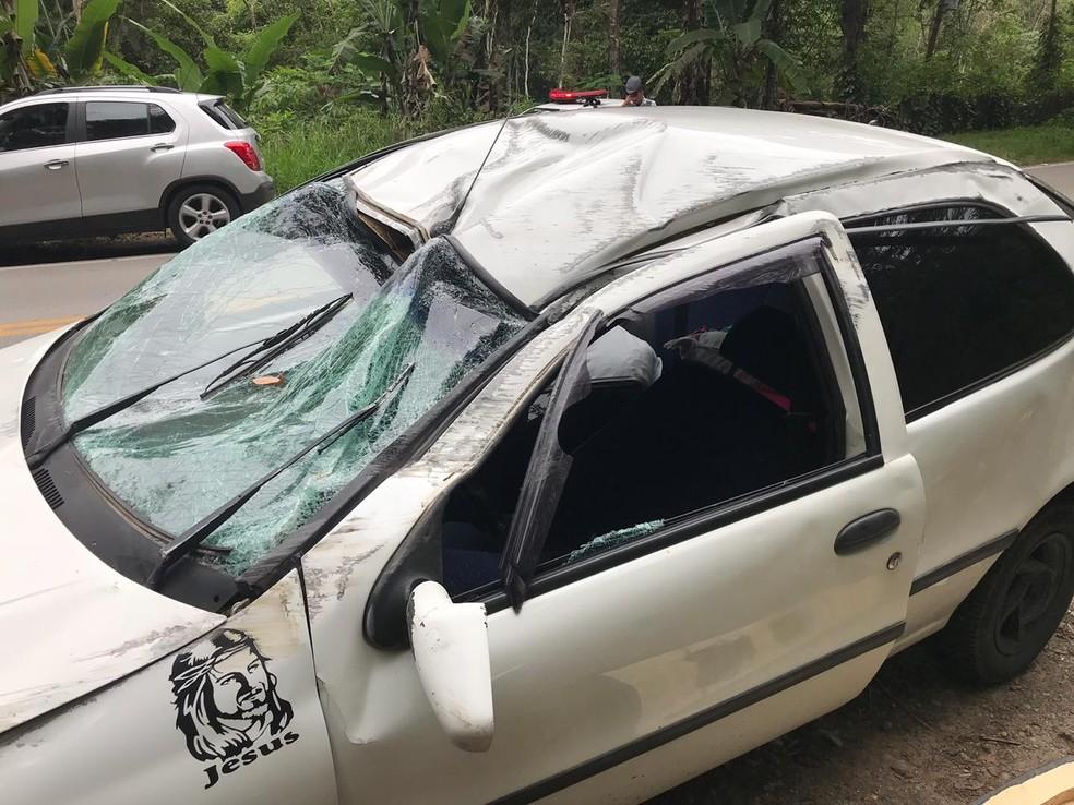 Carro ficou destruído após capotar na SP-50 — Foto: Pedro Melo/TV Vanguarda