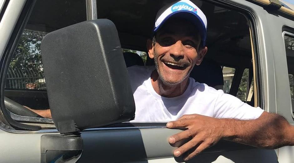 Jonas Manuel, que viveu mais de 30 anos nas ruas de São Paulo, trabalha na parte da entrega à domicílio dos produtos (Foto: Reprodução/Facebook/Enjoydistribuidora)
