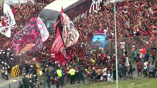 Multidão derruba grade na chegada do ônibus do Fla ao Galeão; veja