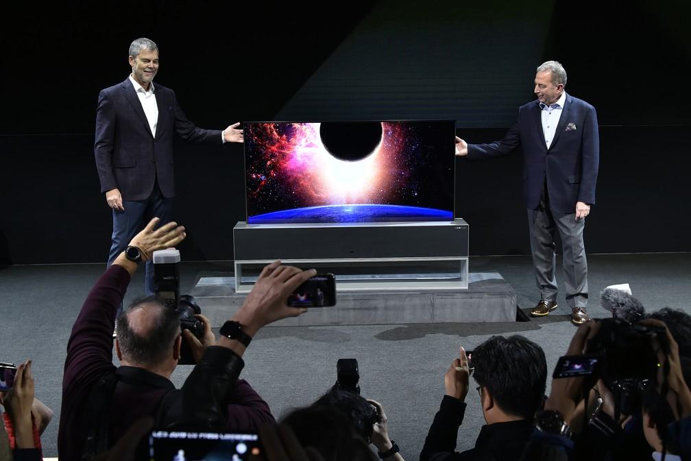 LG mostra TV que se enrola como persiana e cabe em caixa com um terço do tamanho da tela — Foto: David Becker/Getty Images North America/AFP