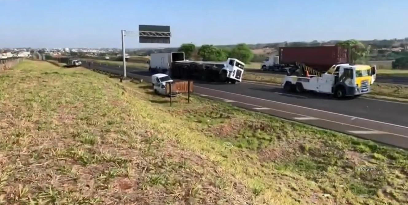 Caminhão tomba e interdita pista da Rodovia Euclides da Cunha em Votuporanga