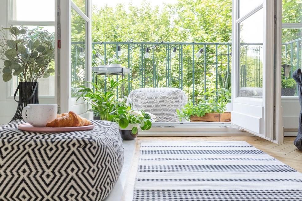 """Além de trazerem mais luz ao ambiente interno, as sacadas podem servir como espaço de meditação ou como um """"jardim"""" particular — Foto: Divulgação"""