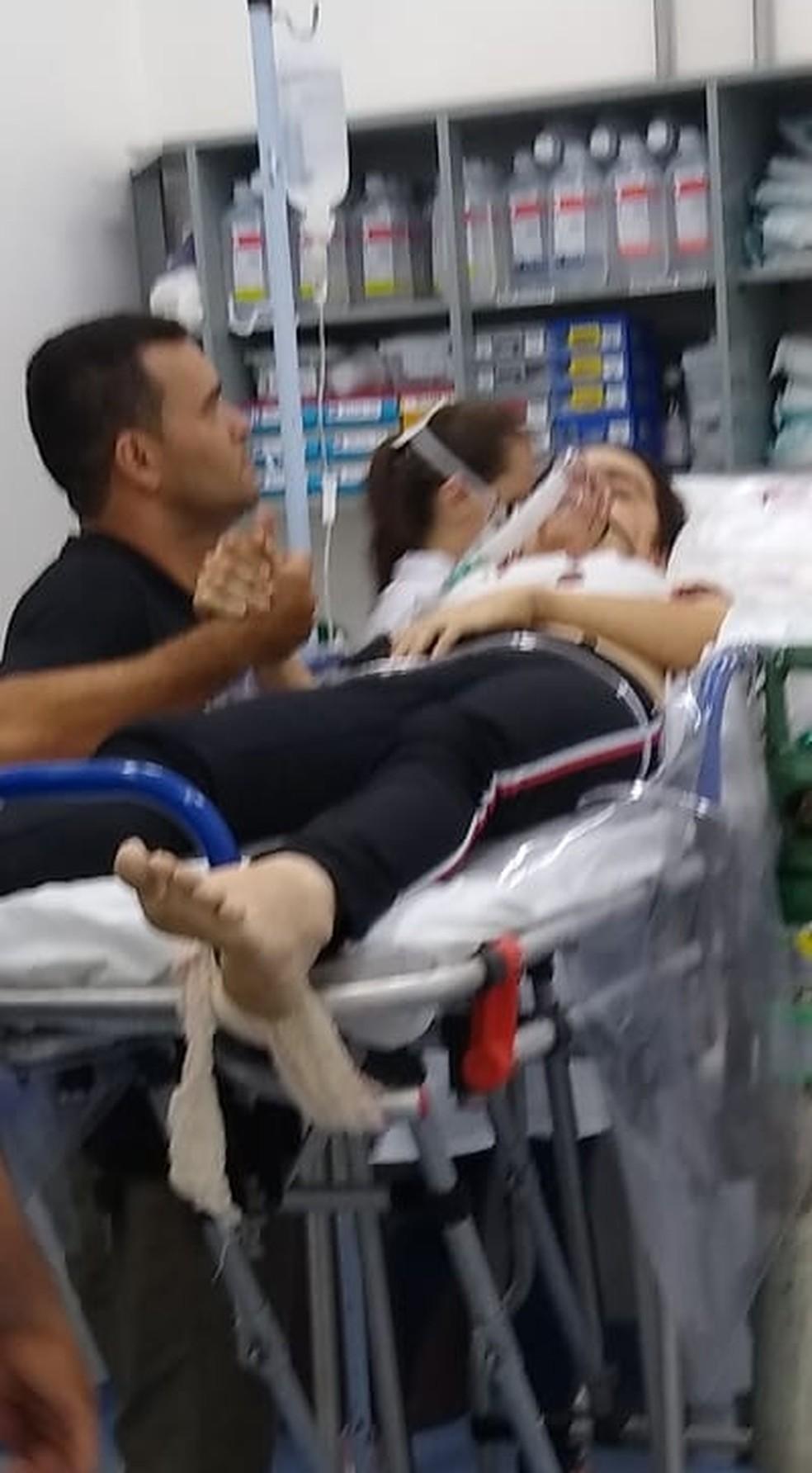 Suspeito de atirar em ex-namorada no RN aparece em foto segurando a mão da vítima no hospital após o crime — Foto: Redes Sociais