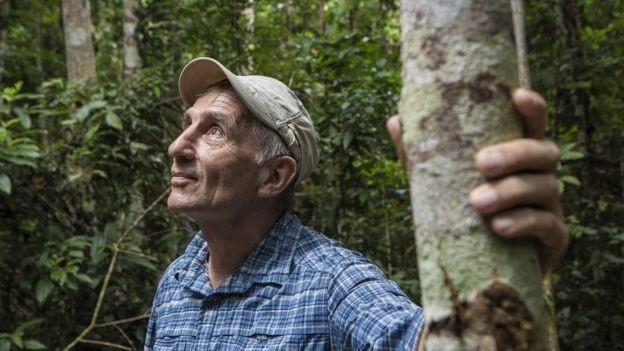 """""""A busca pela perfeição pode atrapalhar a realização. Há um monte de problemas (na implementação do programa). Mas qual é a alternativa?"""", afirma cientista Foster Brown, defendendo o crédito de carbono (Foto: FERNANDO MARTINHO FOR PROPUBLICA, via BBC News Brasil)"""