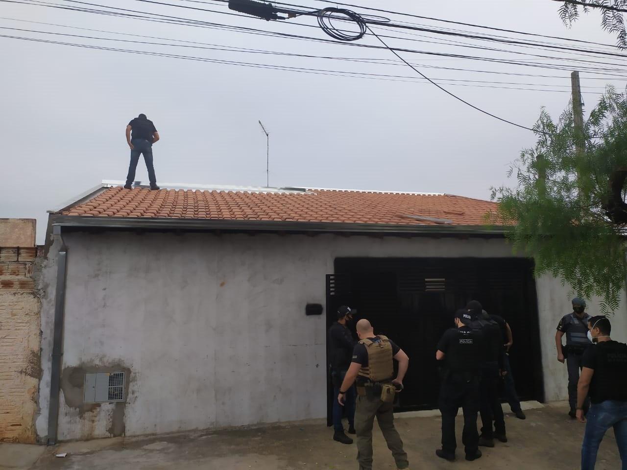 Polícias Civil e Militar fazem operação contra aglomerações em Lins; homem foi preso por posse irregular de arma