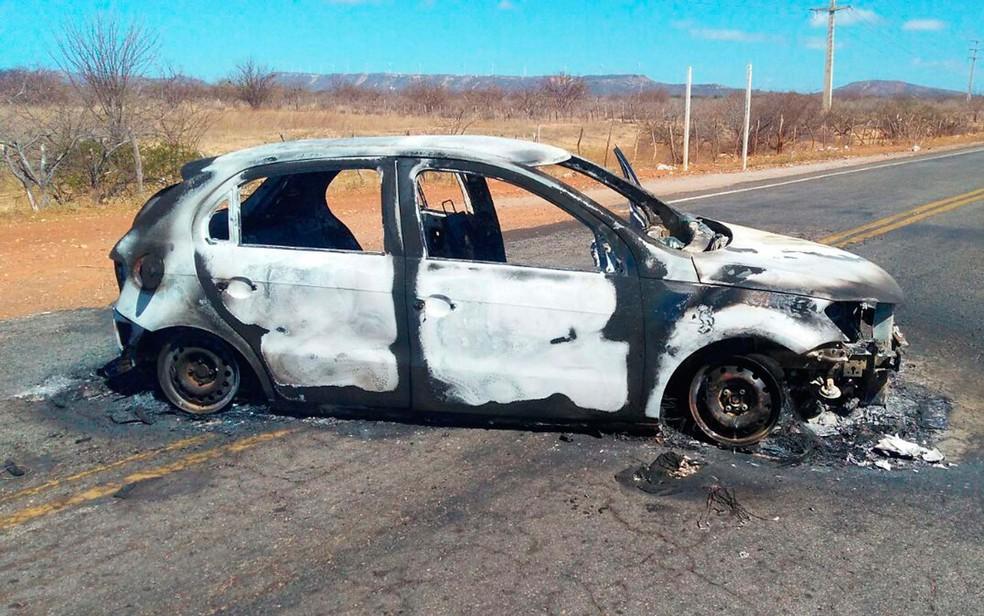 Carro queimado após explosão à banco na cidade de Sobradinho, no norte da Bahia (Foto: Ailton Nery/Tv São Francisco)