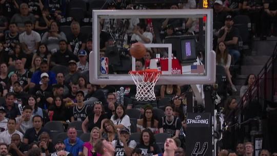 Em noite de Nikola Jokic, Nuggets batem Spurs e empatam a série em 2 a 2