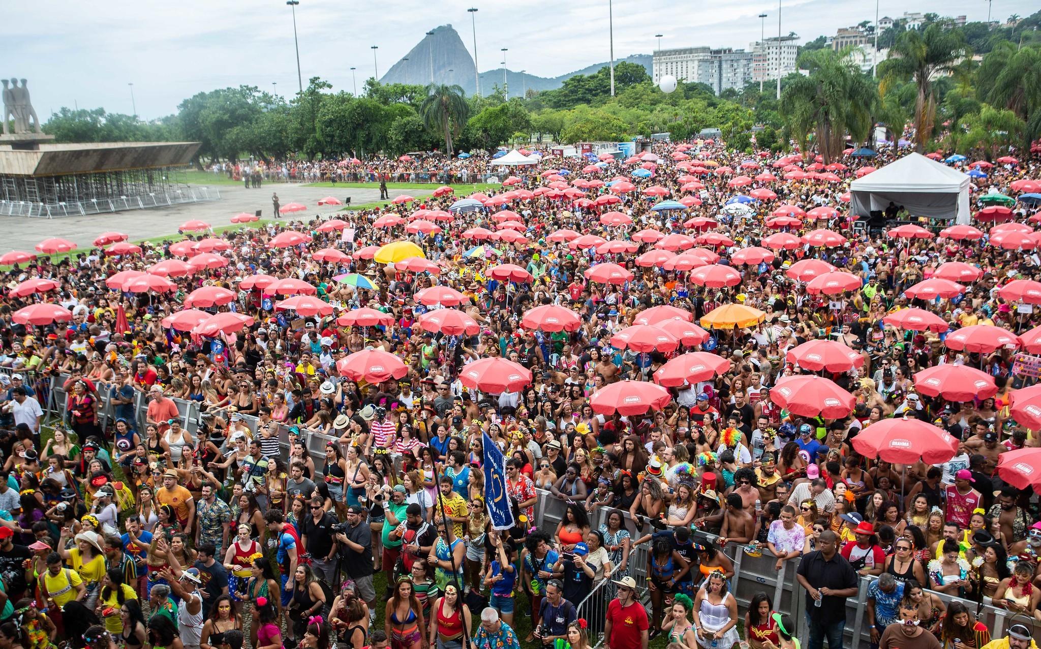 Blocos reúnem 1,4 milhão de pessoas no Rio no domingo de carnaval