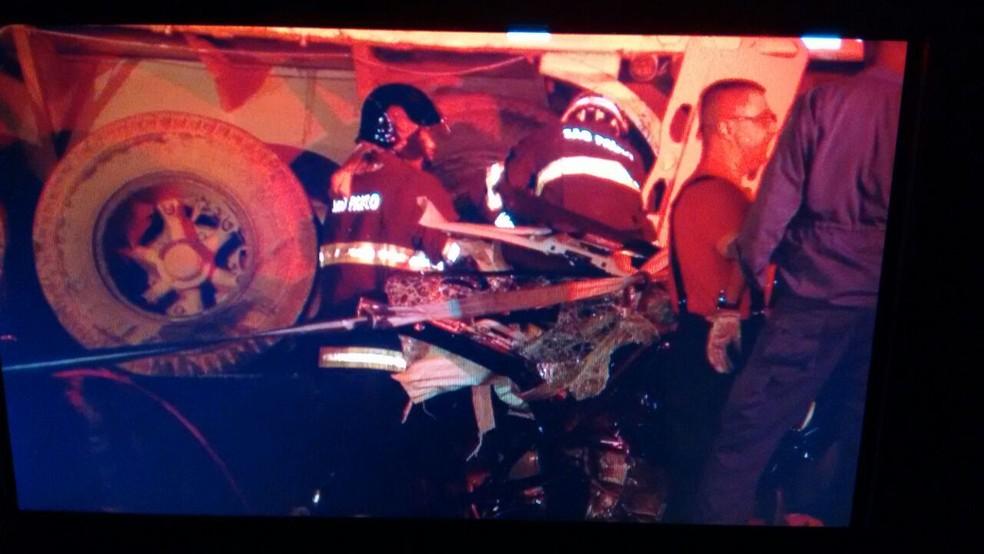 Carreta teria ficado atravessada na pista porque perdeu o freio, segundo seu motorista (Foto: Ricardo Freitas/TV TEM)