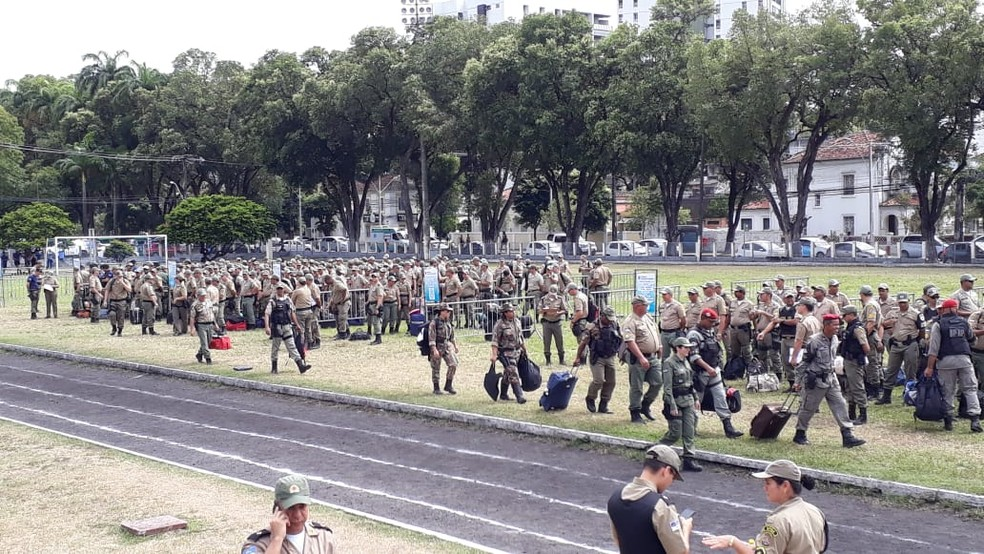Policiais militares aguardam no Quartel do Derby para embarcar e reforçar segurança para as eleições em Pernambuco — Foto: Renato Ramos/TV Globo