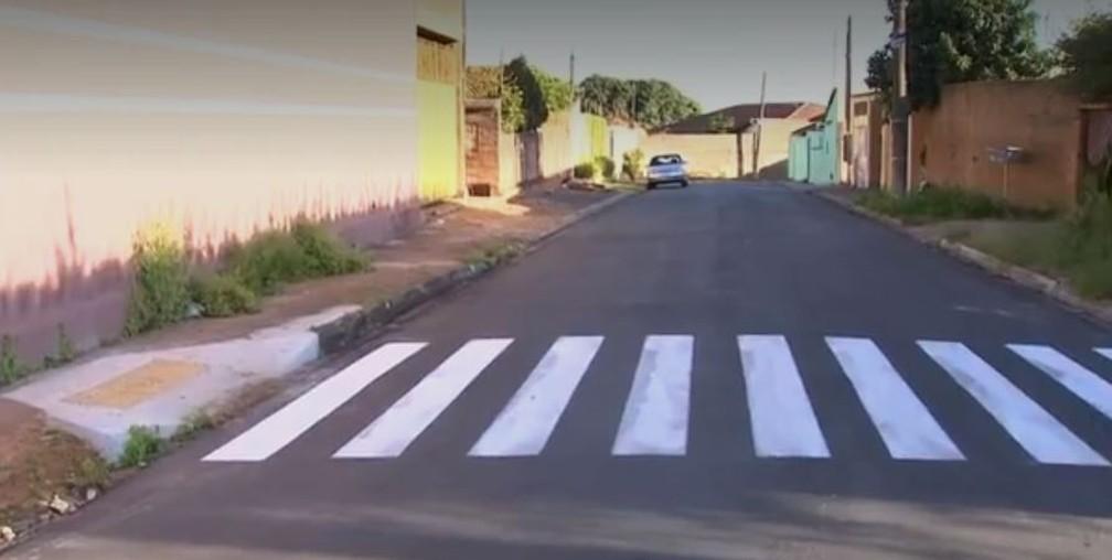 Moradores ficaram indignados com faixa de pedestre que leva a lugar nenhum (Foto: Reprodução/TV TEM)