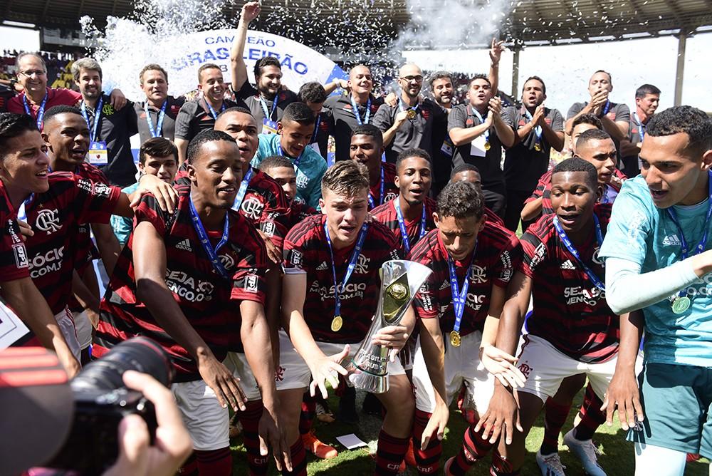 Flamengo põe lema do luto à luta em prática, após tragédia com jovens