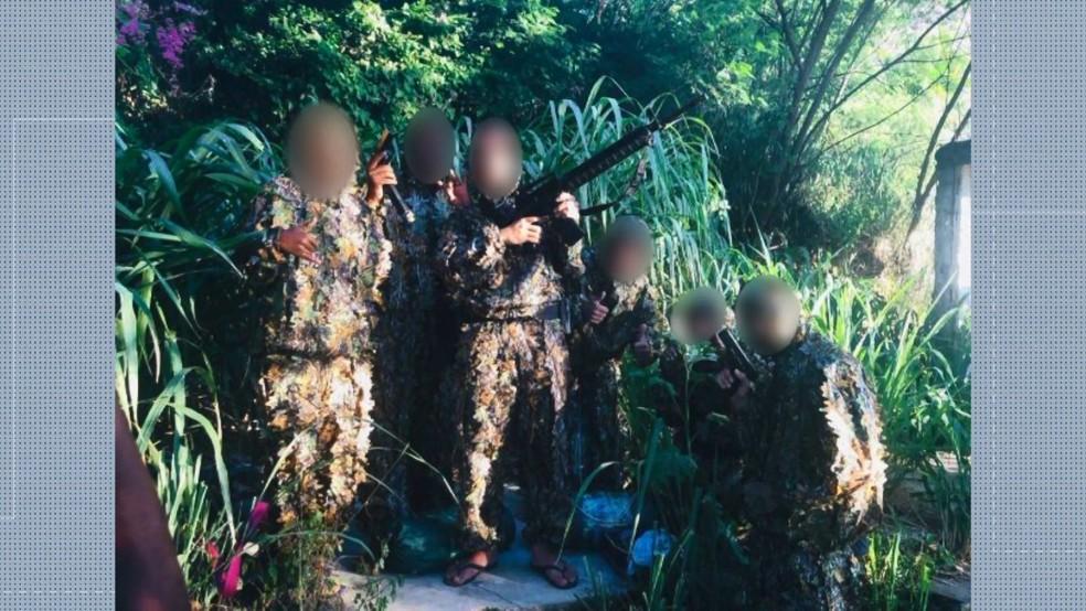 Criminosos ostentam armas e roupa camuflada em Vitória — Foto: Reprodução/ TV Gazeta