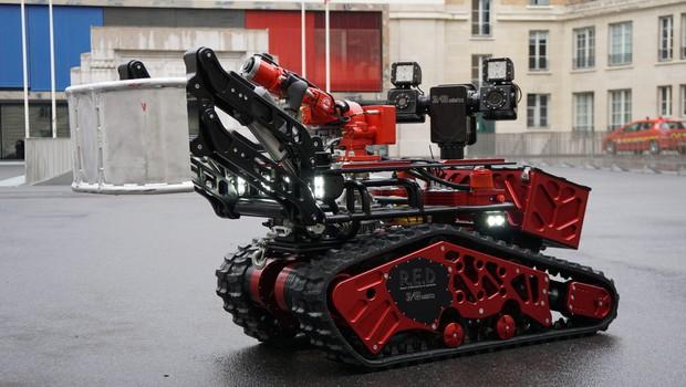 Colossus, o robô bombeiro da brigada parisiense, ajudou a combater o incêndio na Catedral de Notre-Dame (Foto: Divulgação)
