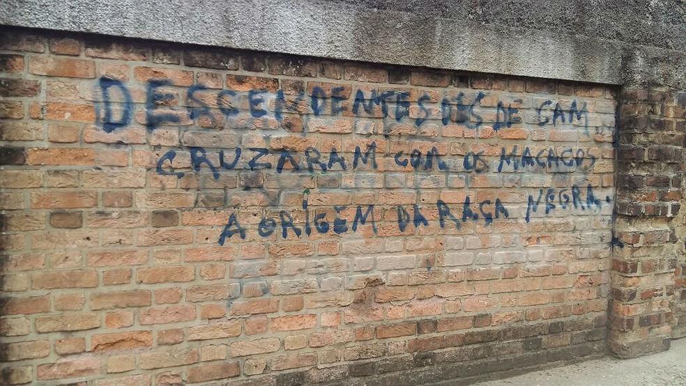 Muro da Escola Estadual Fernando Lobo tinha sido pichado com frases racistas em setembro (Foto: Rodrigo Neves/G1)