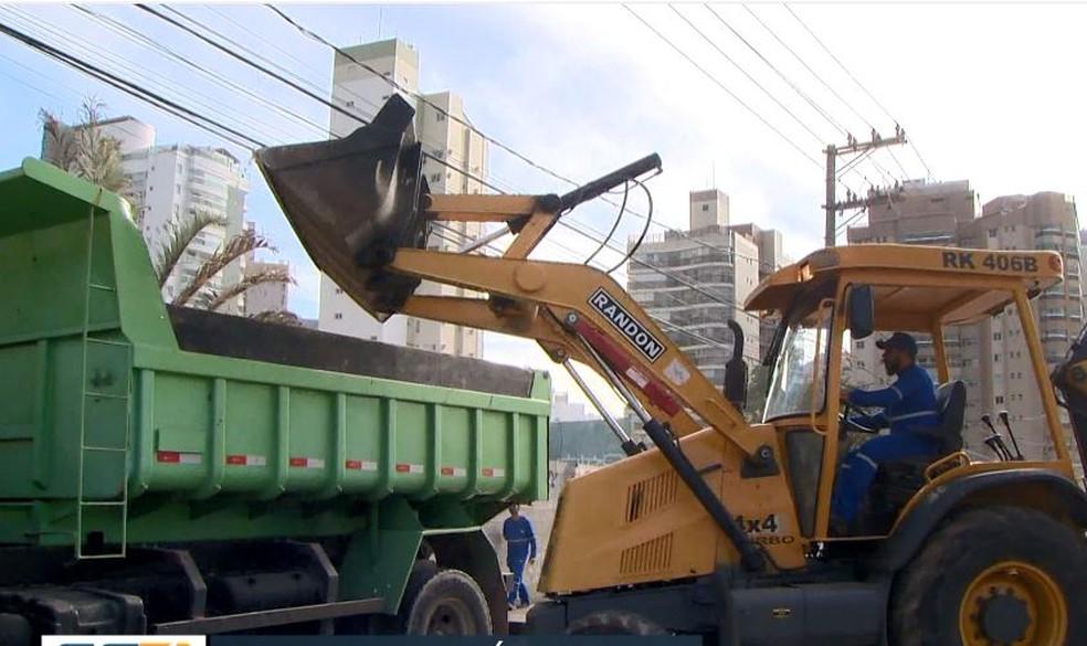 Trator foi usado para retirar a areia do local — Foto: Reprodução/ TV Gazeta