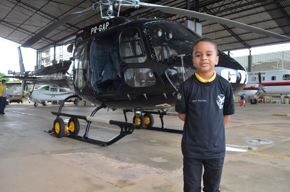 Menino sonha em ser um bombeiro militar para salvar vidas (Foto: Jorge Abreu/G1)