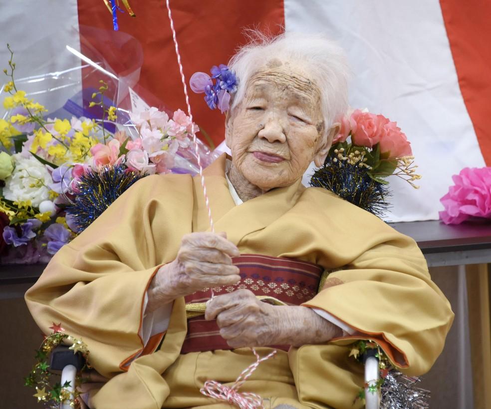 Kane Tanaka, que nasceu em 1903, celebra o seu então 117º aniversário em Fukuoka, no Japão, em 5 de janeiro de 2020 — Foto: Kyodo via Reuters