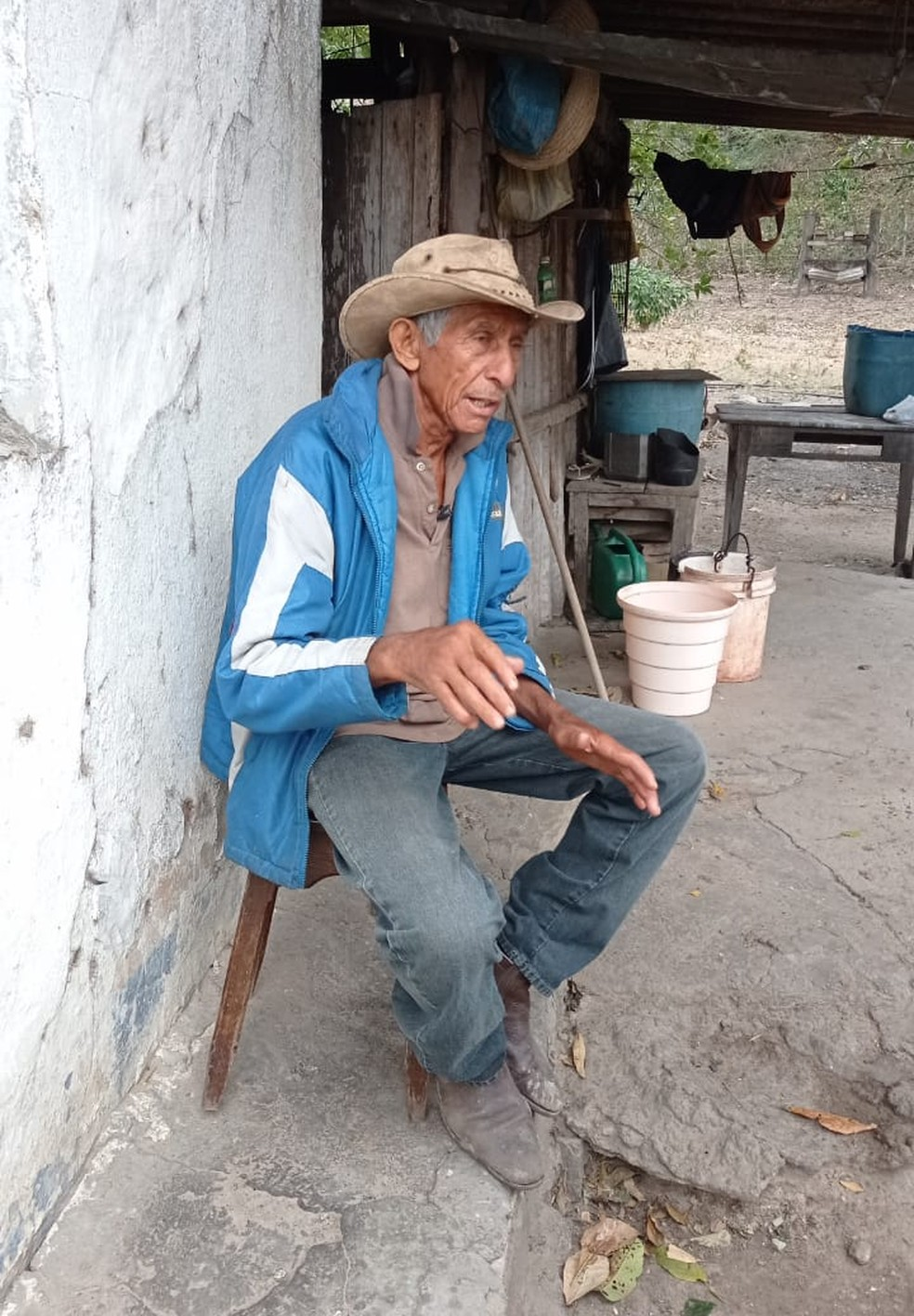 Waldemar e a alegria com a energia em casa, no Pantanal — Foto: Anderson Viegas/TV Morena