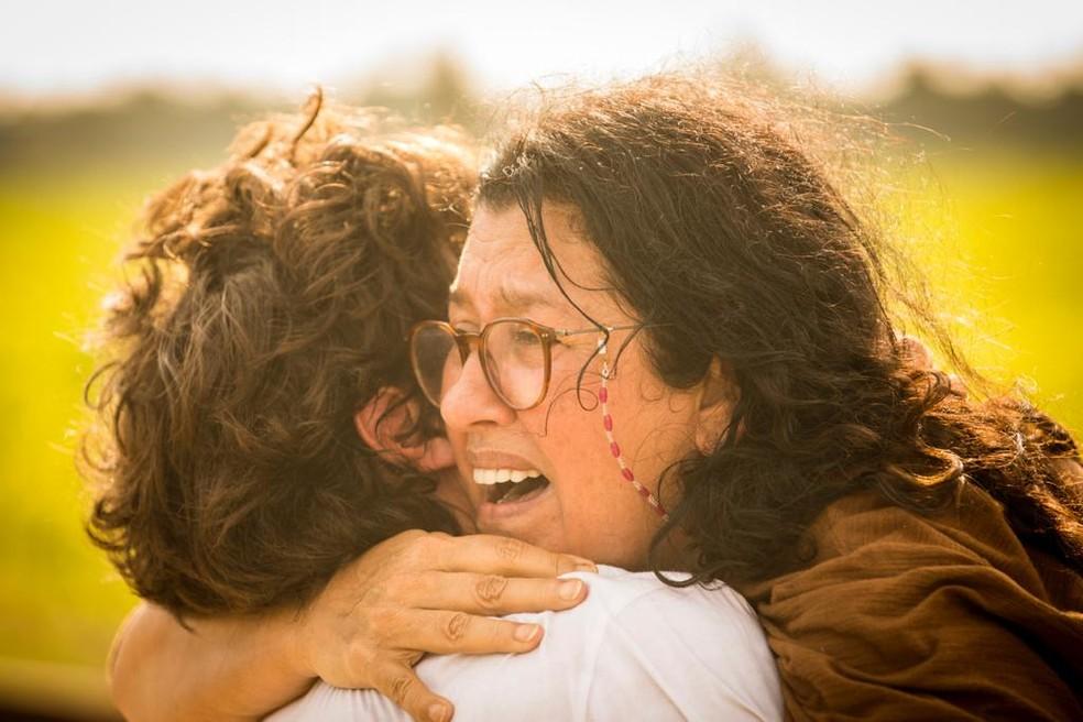 Lurdes (Regina Casé) se encontra com Danilo (Chay Suede) após fugir do cativeiro - 'Amor de Mãe' — Foto: João Cotta/Globo