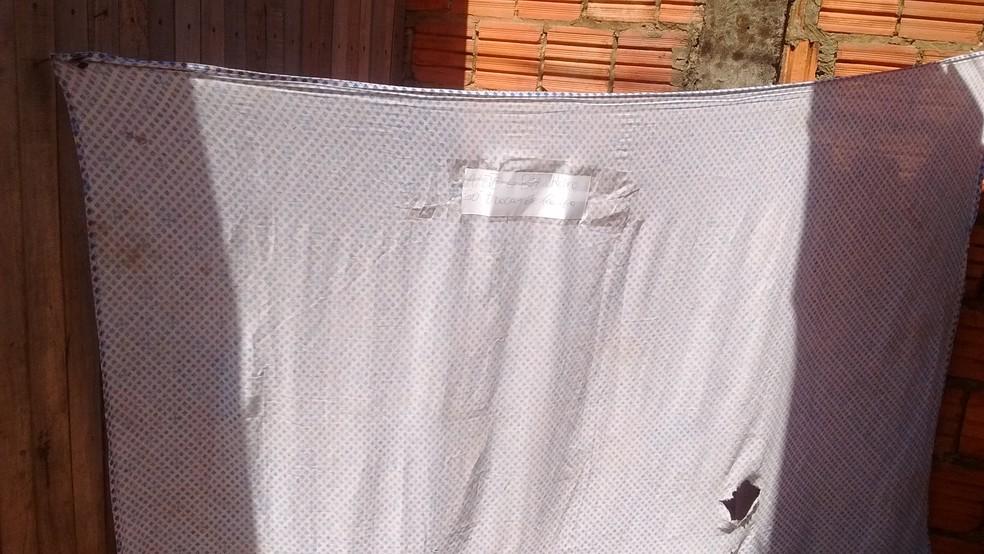 Lençol é utilizado como provador para mulheres trocarem de roupa (Foto: Aline Nascimento/G1)