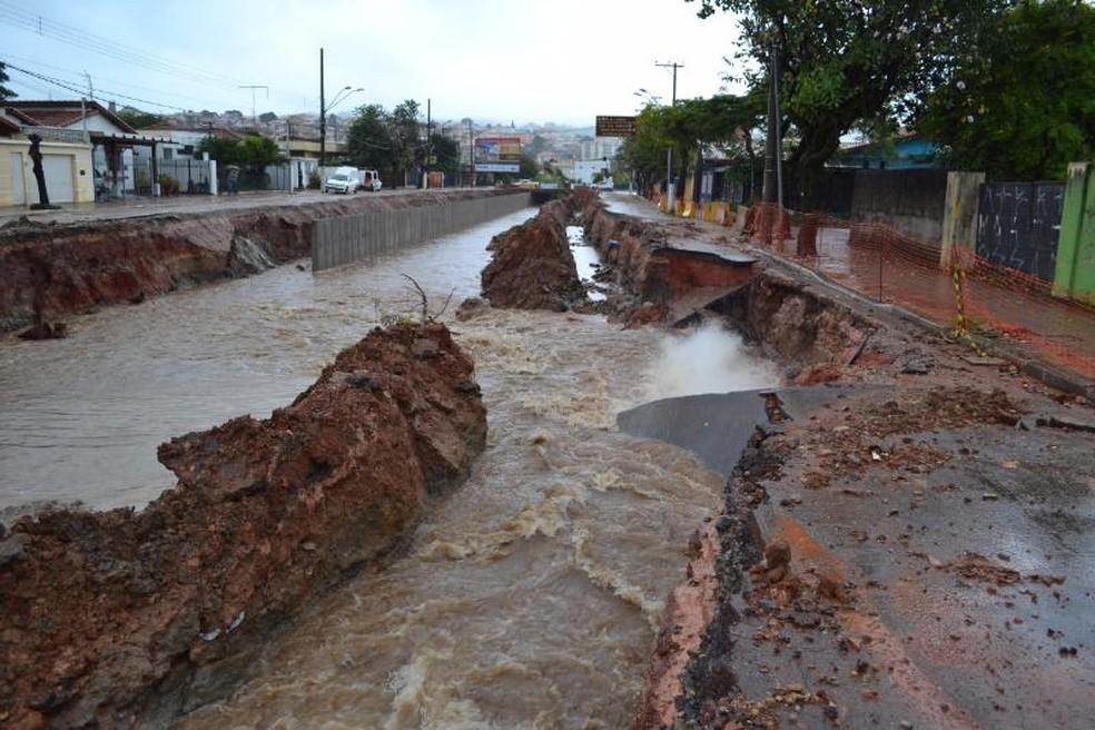 Asfalto cedeu em trecho que estava em obras na Avenida Antonino Dias Bastos (Foto: São Roque Notícias/Divulgação)