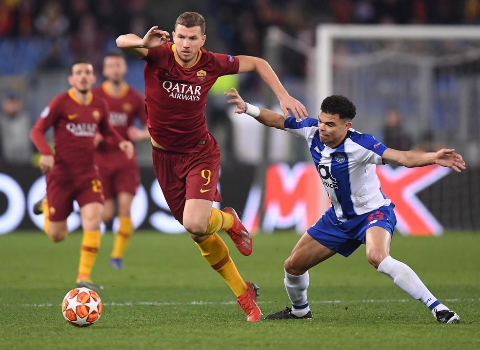 Dzeko, da Roma, em ação numa partida contra o Porto — Foto: Reuters
